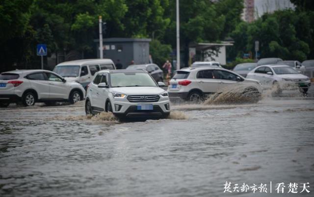 上班早高峰遇道路积水,车辆缓行