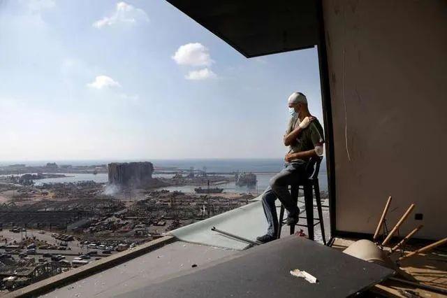 ▲8月6日,一名男子坐在黎巴嫩贝鲁特被爆炸损毁的自家阳台上。新华社/法新