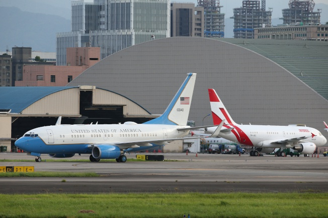 美国专机(左)、日本专机同框 图自台媒