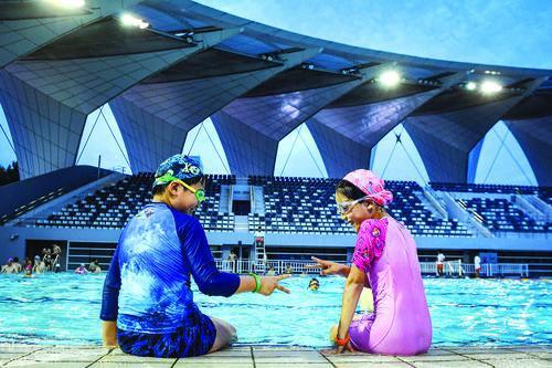 """今夏东体游泳馆如何让泳客更放心?""""玉兰桥""""""""月亮湾""""背后许多人在默默奉献"""