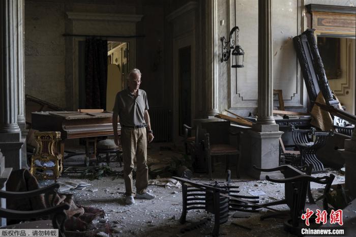 当地时间2020年8月8日,罗德里克站在被严重破坏的苏索克宫内。