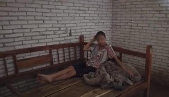 """""""男子疑锁妻多年生三孩""""拍摄者:视频真实,夫妻均精神残疾"""