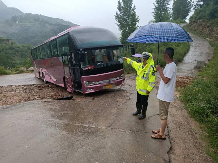 满载师生大客车山路被困 沂源交警雨中救助暖人心