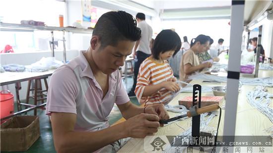 工人们正在做工。广西新闻网记者林亮摄
