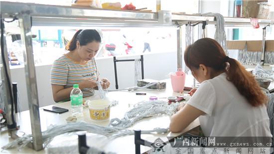 环江毛南族自治县城西易地扶贫移民安置区扶贫车间。广西新闻网记者林亮摄