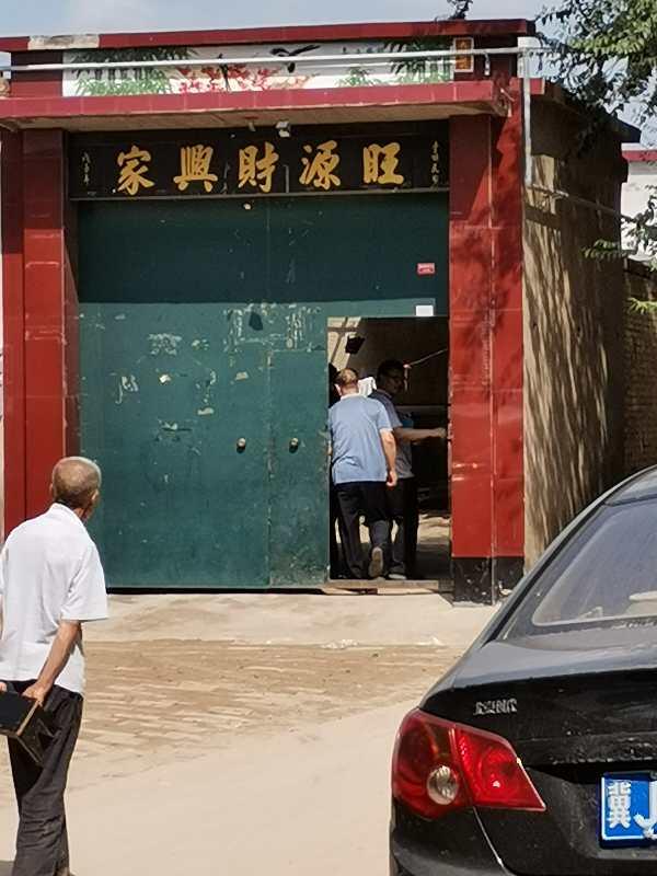 办案职员進入宋某某家中查询造访。 新京報记者刘瑞明摄