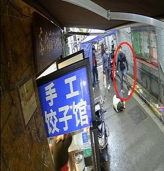 上海一男子持1米长棍殴打防疫人员 获刑八个月
