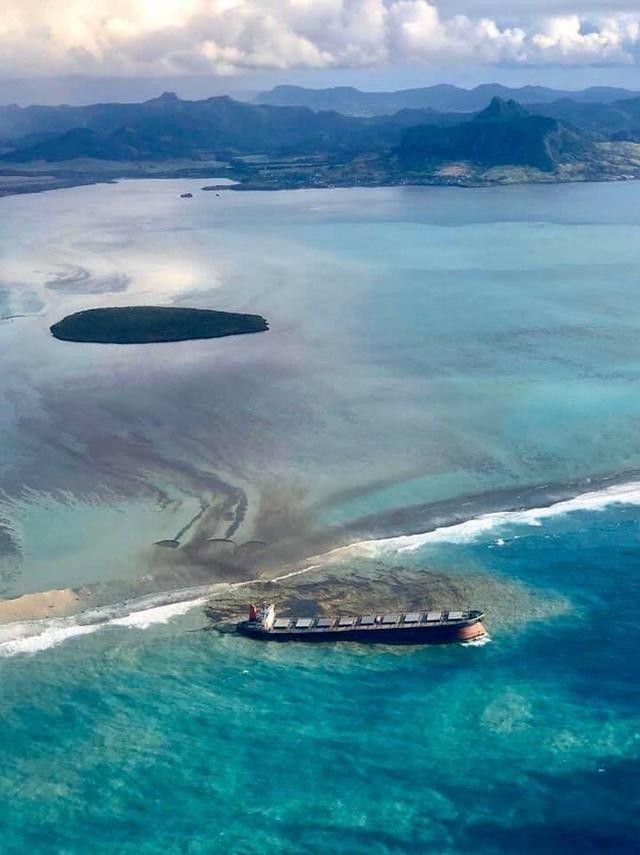 蓝湾变黑湾 毛里求斯面临该国史上最严重海洋污染危机
