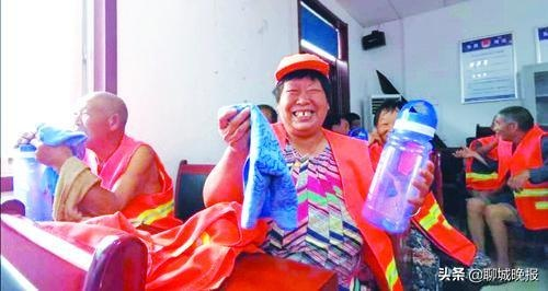 志愿者助力全国文明城市创建:百件毛巾水杯送给环卫工人