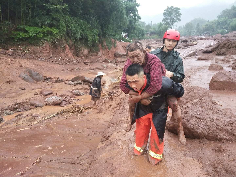 消防救援人员正在解救被困群众。雅安消防救援支队供图