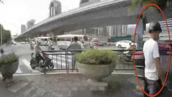视频|男子无证驾驶被查夺路而逃 结果翻墙进了这里…