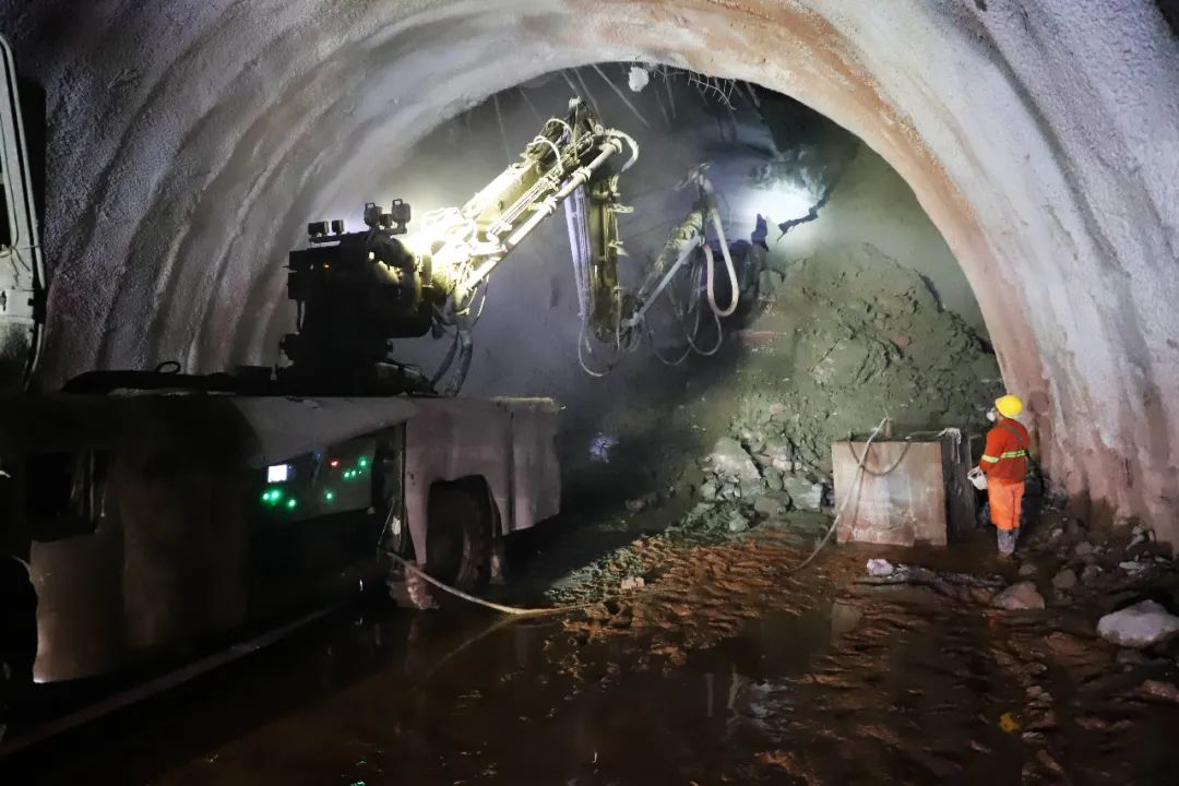 【关注】又一座万米长隧顺利贯通!中老铁路国内段隧道工程完成95%以上