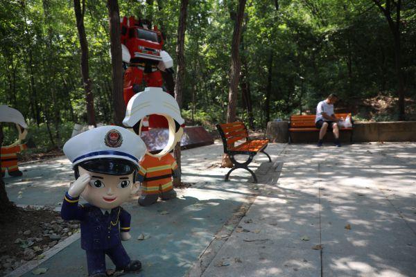 公园里普及消防知识