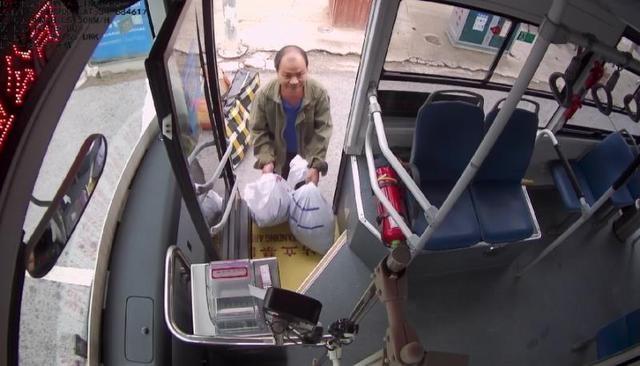 坐公交,没戴口罩?郑州公交车长免费送口罩,乘客还了俩西瓜