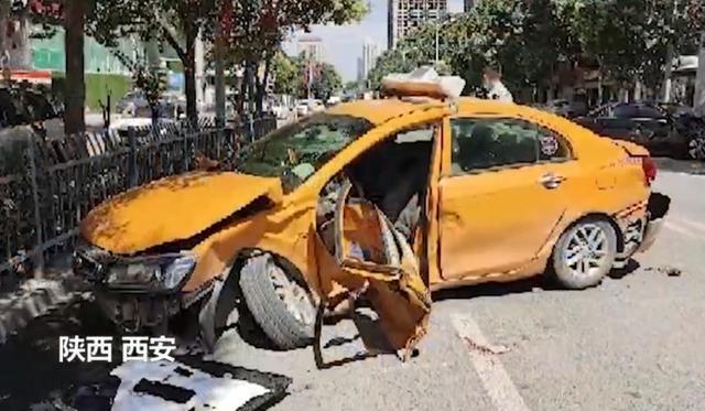 西安一出租车违规掉头与超速奔驰相撞,致司机死亡