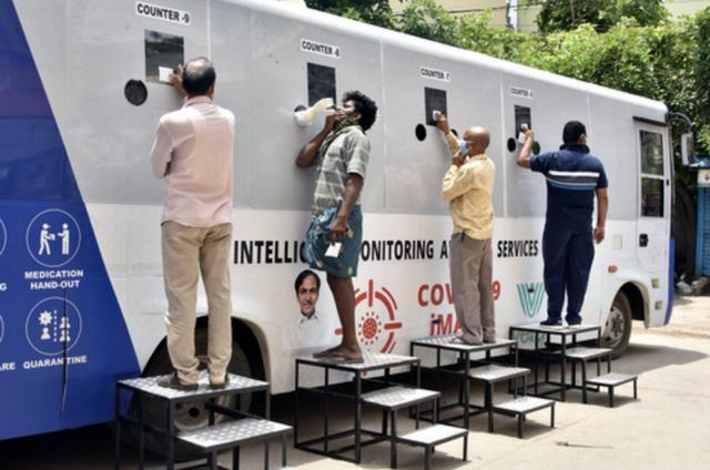 7月31日,在印度海得拉巴,人们进行新冠病毒检测。新华社发