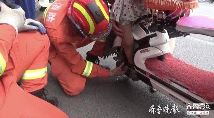 一跪为责任,一跪为感恩…4岁女孩突遇危机,泰安消防员跪地施救