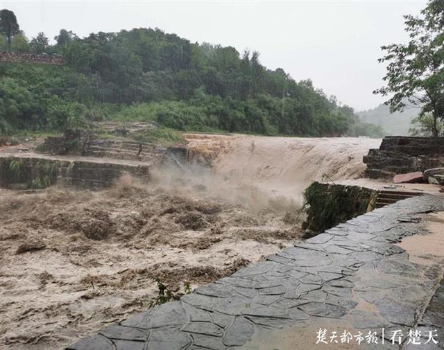 """400多年历史的牛车挡水坝被山洪冲毁,松滋卸甲坪网红""""打卡地""""将重建"""