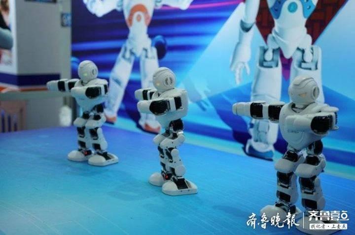 多款智能机器人亮相金沙滩啤酒城