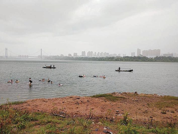 发现渔船在湘江撒网捕捞市民赶紧拨打晚报热线