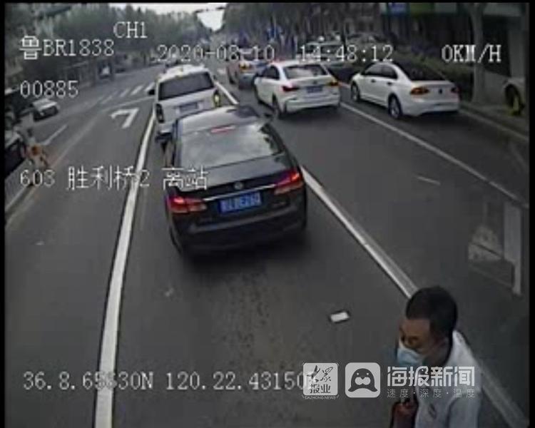 """惊险!工程车辆发动机起火  公交驾驶员秒变""""救火队长""""(视频)"""