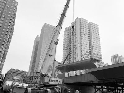 解放路改造工程北大街—胜利街高架桥钢箱梁成功架设