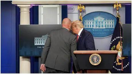 特朗普被紧急护送离开发布会现场