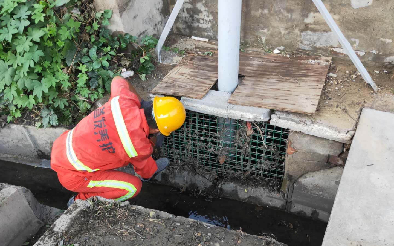 防范强降雨,首发养护提前清理排水管道