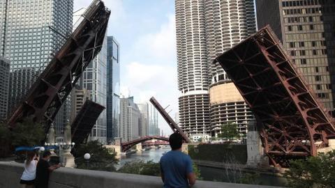 美国芝加哥发生大规模抢劫 市中心桥梁升起限制交通