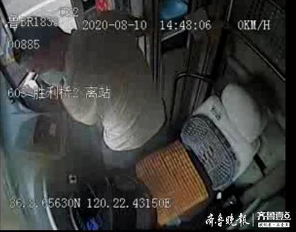 """温馨巴士:工程车发动机起火,公交司机秒变""""救火队长"""""""