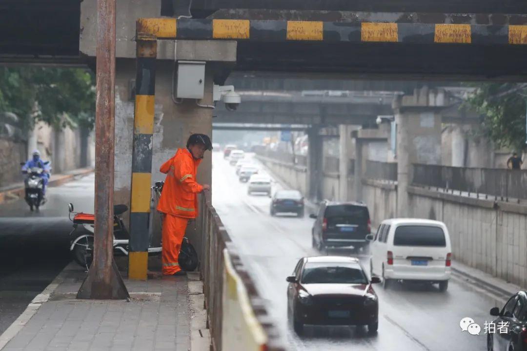 △上午,双桥路铁路桥下,北京排水集团工作人员王师傅11点来此值守。一旦雨量过大,桥下形成积水,他会立刻上报,附近执勤的抽水作业车会前来支援。摄影/新京报记者侯少卿