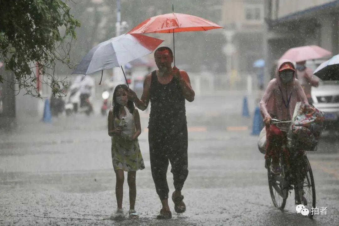 △ 复兴路,市民冒雨出行。摄影/新京报记者郑新洽