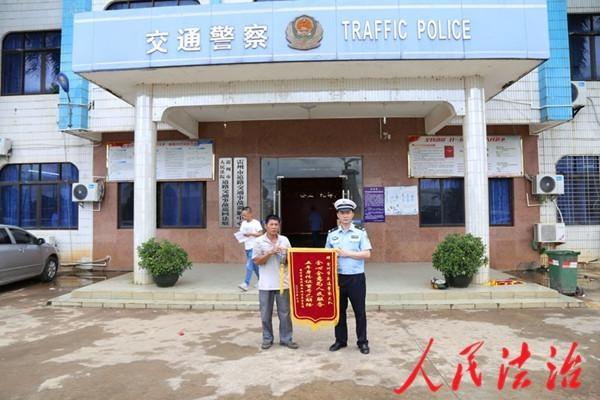 广东省湛江市雷州公安交警为民服务 群众赠送锦旗致谢