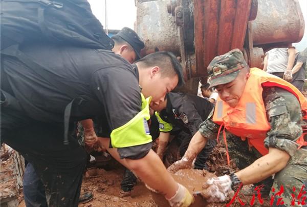 四川雅安市公安局雨城区分局全力开展抢险救援工作