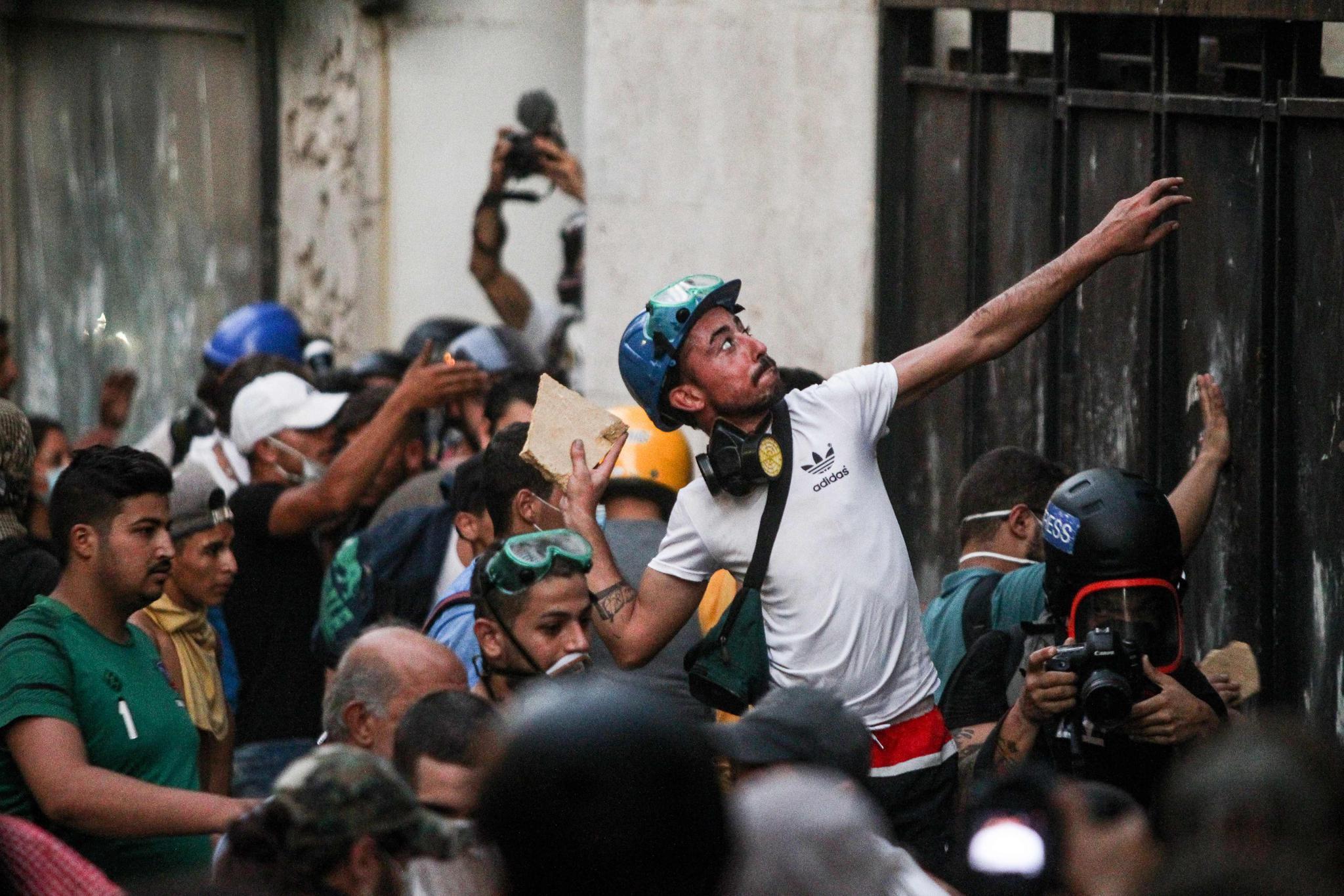 当地时间2020年8月11日,黎巴嫩贝鲁特,民众持续在议会大楼附近示威。人民视觉 图