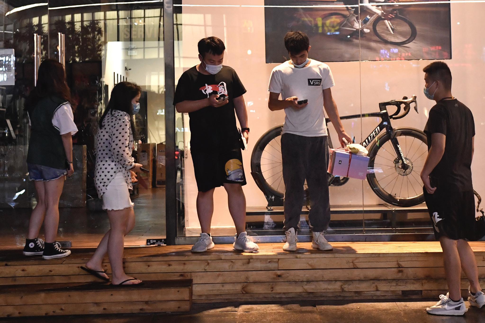 △西大望路附近,没带雨具的市民在躲雨。摄影/新京报记者吴宁