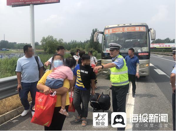 突然的公交车故障导致乘客滞留在聊城高