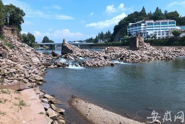 黄山屯溪镇海大桥零散构件和石块的打捞