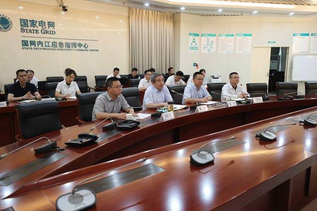 迎战洪峰过境 200多名内江电力人巡视沿岸电力设施