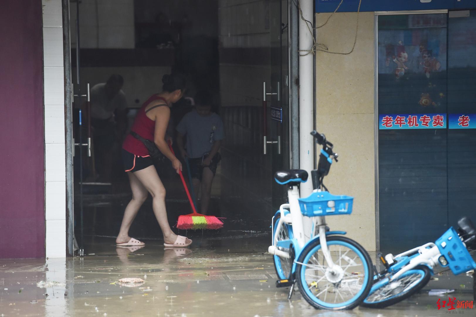 """大喇叭循环广播、挨家挨户通知……暴雨来袭,预警让商家住户安全""""过关"""""""