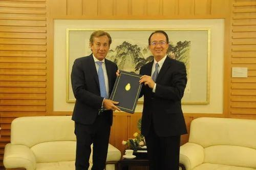 外交部礼宾司司长洪磊接受阿根廷新任驻华大使递交国书副本