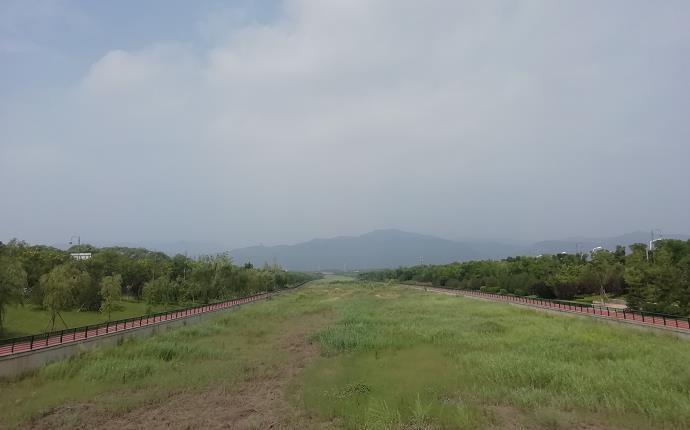 风峪河沿岸,景观大道蜿蜒至太山脚下。