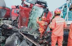 油罐车追尾致车头90度翻转,泰安消防紧急破拆救出被困司机