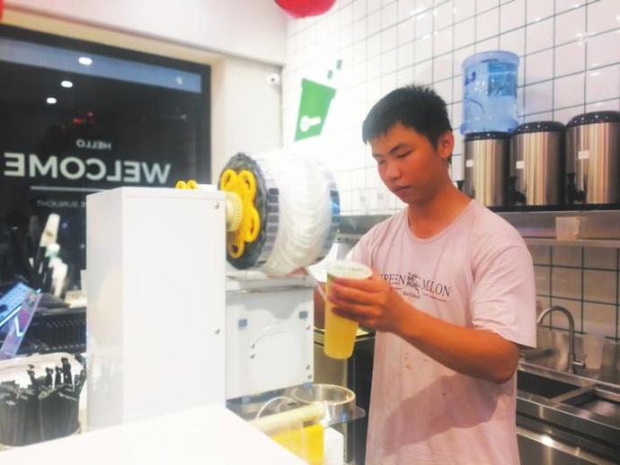 """时下很多人感叹""""生意难做"""",玉林这名大学生却一个月连开两间奶茶店!"""
