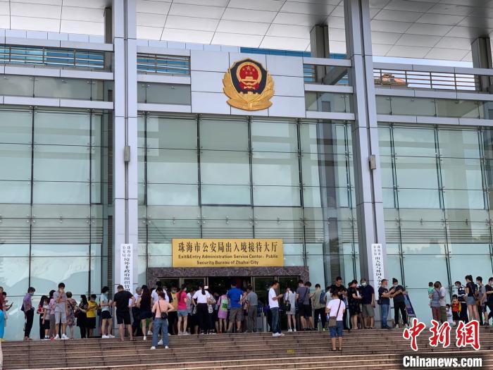 12日早上,珠海市公安局出入境接待大厅门口排起了长龙 邓媛雯 摄
