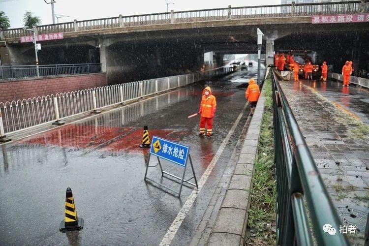 △14时许,回龙观育知东路铁路桥下,排水集团工作人员正在进行排水作业。摄影/新京报记者王飞