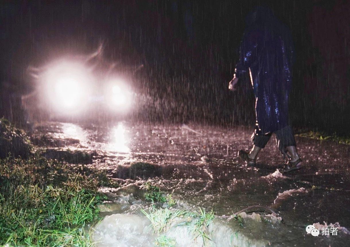 △房山区青龙湖镇北车营村,乘客下车查看山上流下的雨水流量。摄影/新京报记者陶冉