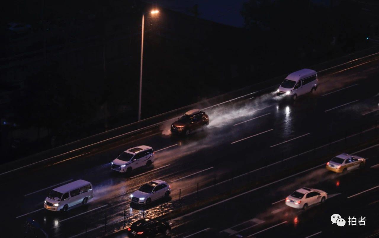 △西四环,汽车行驶在雨中,溅起一路水花。摄影/新京报记者浦峰