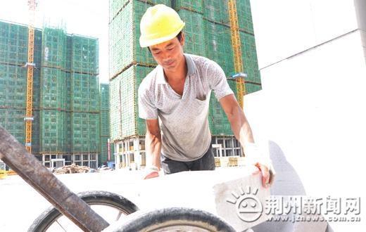 实拍!烈日炎炎下的荆州搬砖工:一天运送3000块