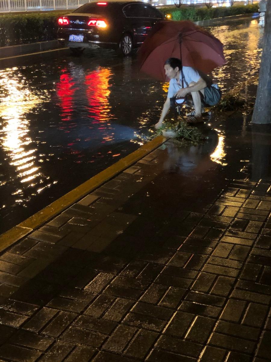 雨夜徒手清理排水口杂物 北京市民获5000元奖金